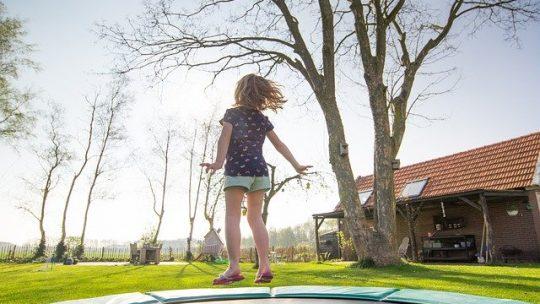 Waarom uw achtertuin deze zomer een inground trampoline nodig heeft