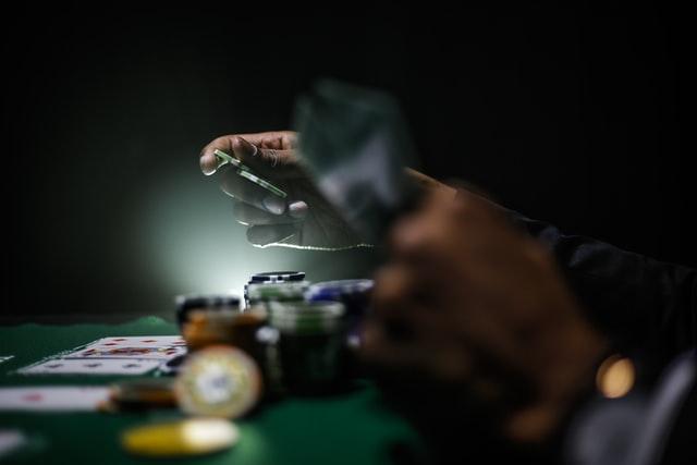 Hoe zit het precies met de kansspelbelasting wat betreft online poker en internet casino's?